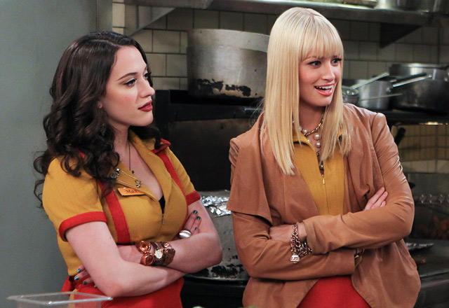 La exhuberante Kat Dennings junto a su compañera de piso la rubia Beth Behrs.