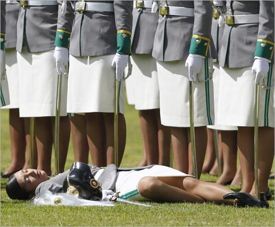 Mujer policia muerta de calor