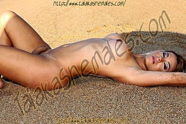 Descanso en la arena de la playa de travesti