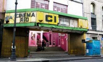 Sexo clandestino en un cine porno
