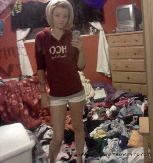 La mujer bonita del selfie con la habitacion hecha un desastre